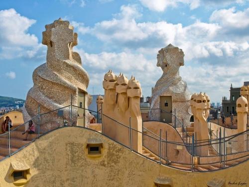 Imagen barcelona chimeneas de la casa mil la pedrera - Chimeneas barcelona ...