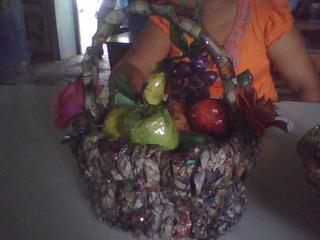 canasta de fruta  de periodico