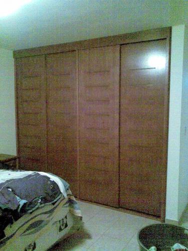 Imagen closet con 4 puertas de tambor con caobilla for Puertas corredizas para closet