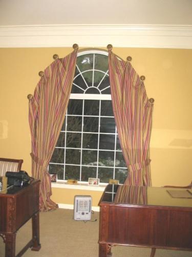 cortinas y cenefas para ventanas en arco