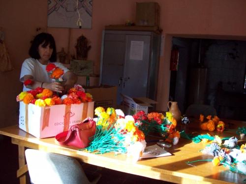 flores artesanales con material reciclado