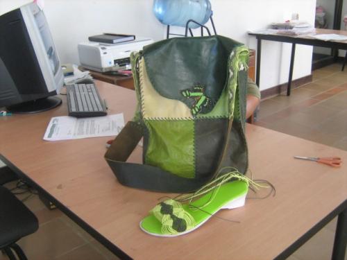 sandalias tejidas en macrame y bolso en cuero con tejido en macrame